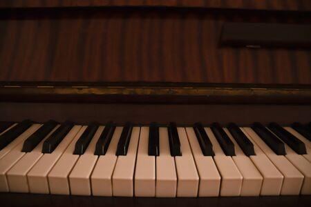 Klaviermusikinstrument mit weißen und schwarzen Tasten