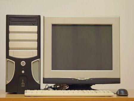 Ancien ordinateur de bureau. Ordinateur personnel rétro vintage PC avec clavier et moniteur