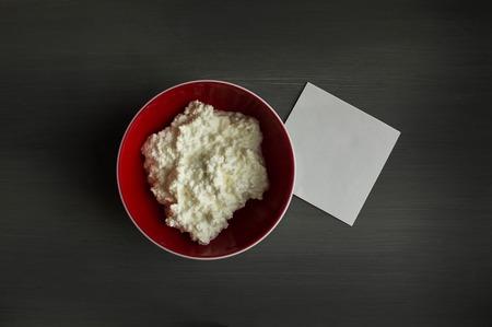 intolerance: toma nota de la intolerancia lactosa - alimentos con notas de fondo de madera