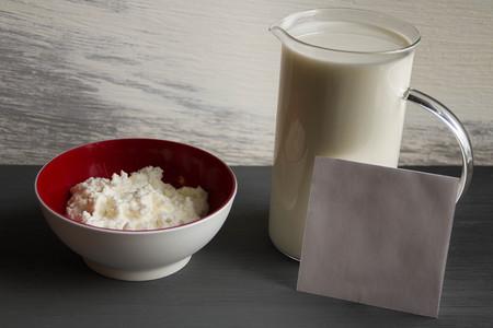 intolerance: intolerancia a la lactosa - alimentos con notas de fondo de madera