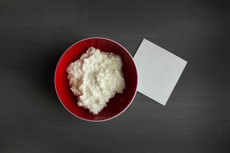 intolerancia: intolerancia a la lactosa - alimentos con notas de fondo de madera