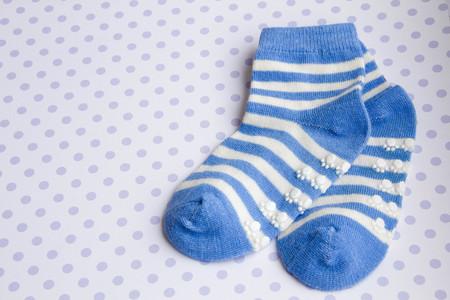 pezones: fondo azul bebé con los calcetines del bebé con copia espacio para su mensaje Foto de archivo