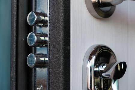 가족 홈의 문 열림입니다. 기갑 된 문에 키와 자물쇠의 근접. 보안. 키 실린더, 사진을 닫습니다. 도어록. 닫힌 상황에서 키가있는 문 잠금 장치 스톡 콘텐츠
