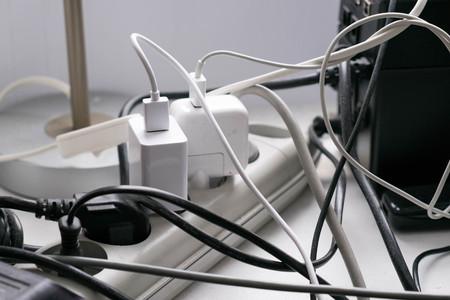 Prises électriques multiples dans la prise murale Banque d'images - 87897843