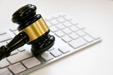 탑 뷰, 플랫 레이. 흰색 배경에 닫습니다. 텍스트, 선택적 포커스를위한 공간을 복사합니다. 정의와 법률 concept.Lawyer 직장 노트북와 어두운 나무 문서 스톡 콘텐츠