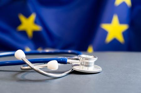 Estetoscopio con la bandera de la Unión Europea. Concepto de la salud de Europa. Estetoscopio sobre bandera europea Foto de archivo - 88765488