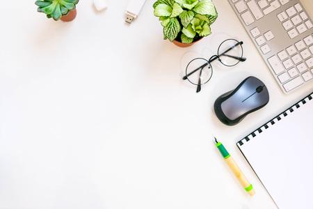 비즈니스 문서 office 테이블 및 작업 공간으로 디지털 태블릿 소셜 네트워크 다이어그램 개념을 가진 사업입니다. 최신 유행 사무실 책상 텍스트 위쪽
