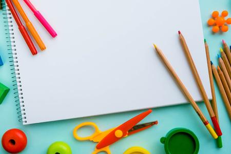 escuela infantil: Vista superior en pinturas y cepillos coloridos. Ideas creativas, creatividad y aprendizaje temprano. Concepto de educación.