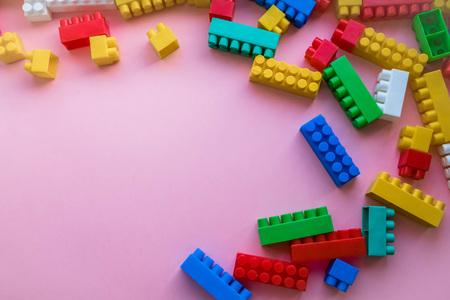 Gros plan Constructeur de plastique pour enfants. sur un fond de bande de fond rose. Développer des jouets