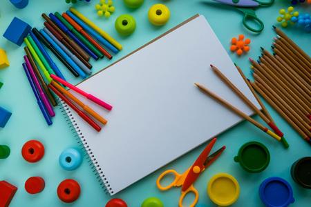 カラフルな絵の具やブラシの平面図です。創造的なアイデア、創造性と初期の学習。教育コンセプトです。