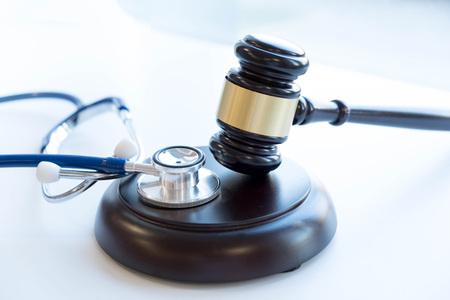 Hamer en stethoscoop. medische jurisprudentie. juridische definitie van medische wanpraktijken. advocaat. veelvoorkomende fouten die artsen, verpleegkundigen en ziekenhuizen maken.