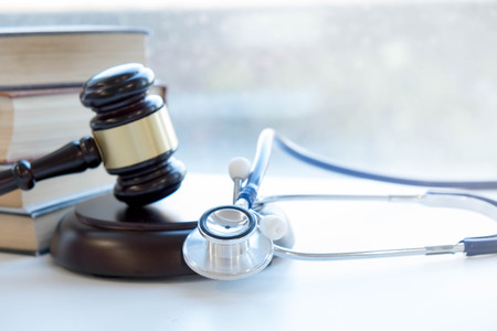 Gavel and stethoscope. medical jurisprudence. legal definition of medical malpractice. attorney. common errors doctors, nurses and hospitals make. 版權商用圖片 - 90602797