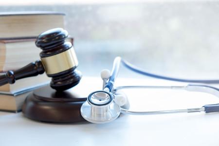 Hammer und Stethoskop. Gerichtsmedizin. rechtliche Definition von ärztlichem Fehlverhalten. Rechtsanwalt. häufige Fehler machen Ärzte, Krankenschwestern und Krankenhäuser. Standard-Bild - 90602797