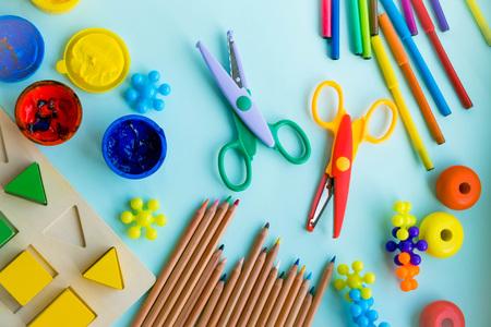 Bureau et accessoires pour étudiants sur un rose. Retour au concept de l'école. École, éducation et concept d'apprentissage. créativité pour les enfants. Fond coloré de vue de dessus. Plat poser Banque d'images