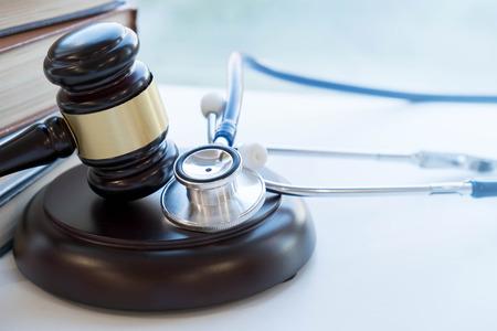 Gavel e estetoscópio. jurisprudência médica. definição legal de negligência médica. advogado. erros comuns que médicos, enfermeiros e hospitais fazem