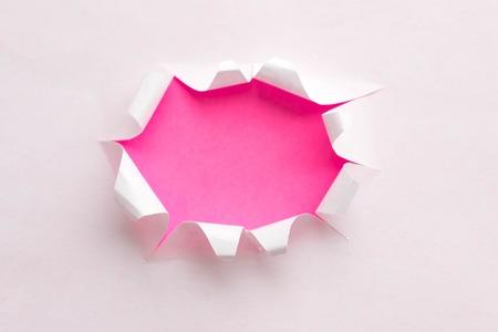 Gescheurd echt papier schroot minimaal concept. Stockfoto - 92491147