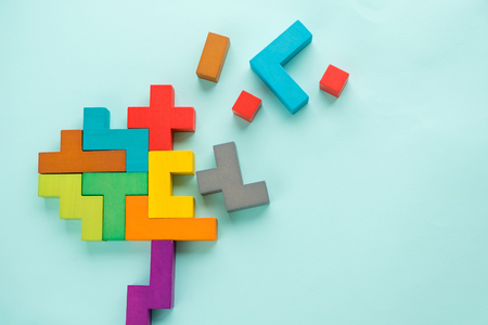 Dementie ziekte en ziekte als een verlies van hersenfunctie en herinneringen als alzheimer als een medische gezondheidszorg icoon van psychische problemen met een potlood wissen.