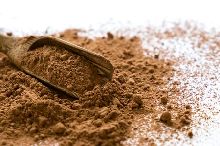 montón de cacao en polvo aislado en el fondo blanco