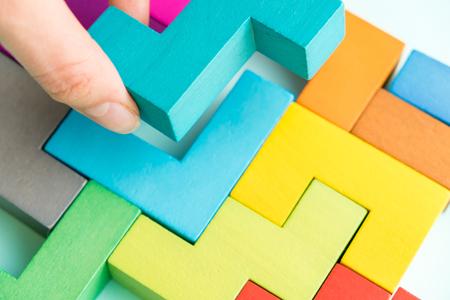 Kreatives Lösungskonzept des Geschäfts - Laubsäge auf der Tafel