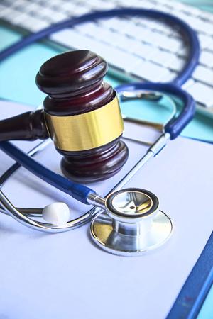 Hamer en stethoscoop. medische jurisprudentie. wettelijke definitie van medische wanpraktijken. advocaat. veelvoorkomende fouten van doktoren, verpleegsters en ziekenhuizen Stockfoto