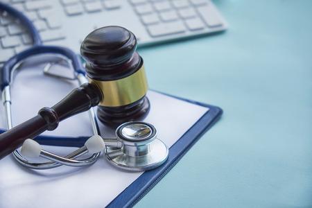 Hammer und Stethoskop. Gerichtsmedizin. rechtliche Definition von medizinischem Fehlverhalten. Rechtsanwalt. häufige Fehler, die Ärzte, Krankenschwestern und Krankenhäuser machen. Standard-Bild