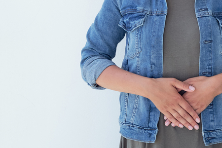 Kranke junge Frau der Nahaufnahme auf Sofa. Konzept unter Bauchschmerzen leiden