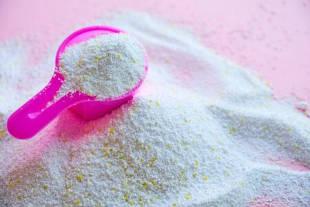 Measuring scoop with laundry powder on pink background Stok Fotoğraf