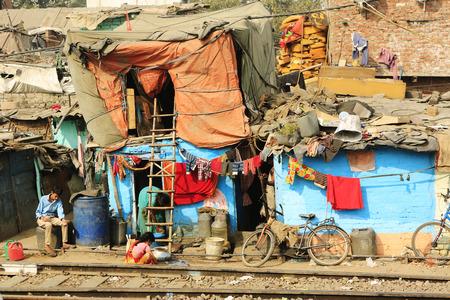 social conflicts: Delhi, India - Noviembre 13,2014: Ghetto y tugurios en Delhi India.These personas no identificadas viven en condiciones dif�ciles avery en los guetos de la ciudad.