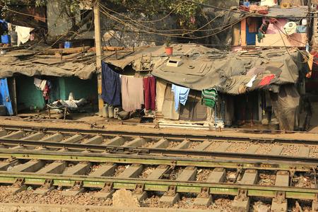 demografia: Delhi, India - Noviembre 13,2014: Ghetto y tugurios en Delhi India.These personas no identificadas viven en condiciones dif�ciles avery en los guetos de la ciudad.