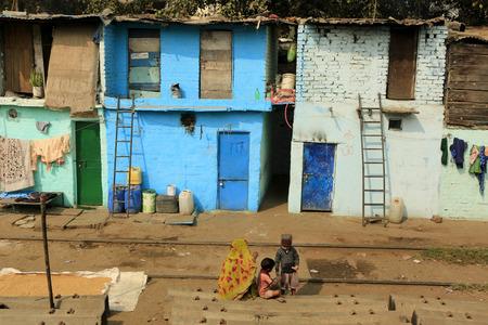 conflictos sociales: Delhi, India - Noviembre 13,2014: Ghetto y tugurios en Delhi India.These personas no identificadas viven en condiciones dif�ciles avery en los guetos de la ciudad.