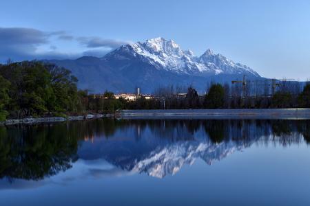 Yulong Snow Mountain scenery of Qingxi Reservoir, Lijiang, Yunnan Sajtókép