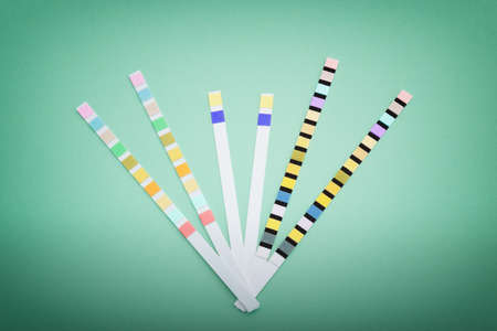 Close up on reagent strips for urinalysis. Dipsticks for urine test for human or animals like cats or dogs. Colorful and different types of test strips useful for analyzing urine. Stockfoto