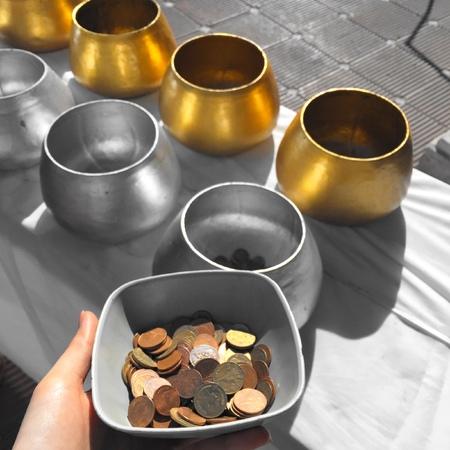 limosna: limosnas del monje Bowl en el proceso de grandes para cualquier uso. Foto de archivo