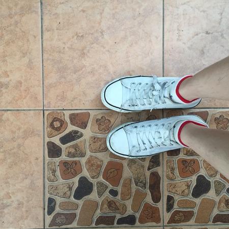 part of me: Blanco zapatillas de deporte zapatos para caminar en la visión superior de hormigón sucio, zapatos de lona de caminar en gran concreta para cualquier uso.