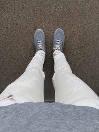 part of me: Grey Sneakers caminando en el piso ideal para cualquier uso. Foto de archivo