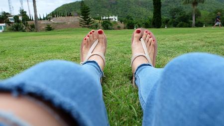 Voeten Selfie in Gouden Sandalen Staan op Groene Grasachtergrond Groot voor elk Gebruik.