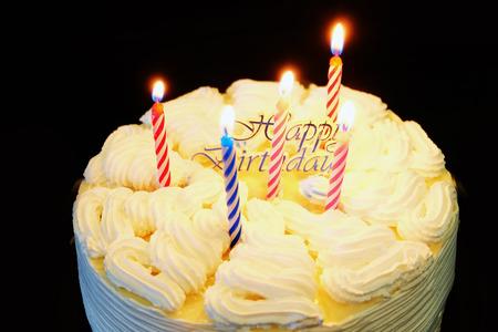 Buon compleanno torta con candele Colore e luci brillanti sfondo ideale per qualsiasi uso. Archivio Fotografico - 87982002