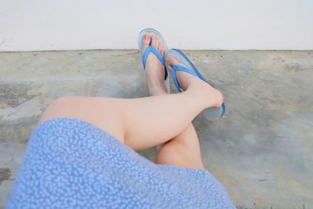 Chaussures bleu Selfie isolés sur le sol en béton pour la vue de dessus. Les pieds de la femme portant une robe bleue et une tong (sandale) sur le fond de sol en ciment idéal pour toute utilisation. Banque d'images - 98167650