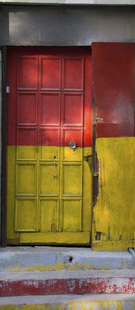 古いドアの塗られた黄色と赤。放置して着用