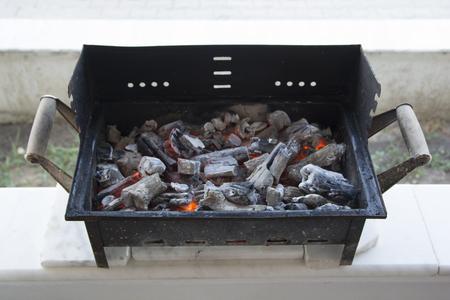 바베큐에 유골. 석탄은 충분히 따뜻하다.