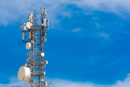 estación base. señal de comunicación de teléfono móvil, antena y receptor de transmisor de radio. plan arka iletiÅŸim. Ä ° zole mavi arka plan. Metniniz için boÅŸ alan