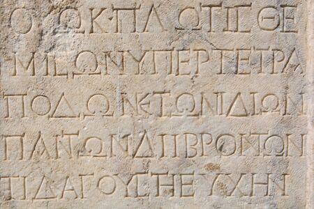 tablilla de piedra escrita en griego antiguo. alfabeto griego antiguo