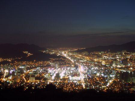 hustle: da cima alla Hwang-ryung montagna guardando l'Busan City scenario serale