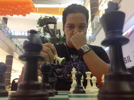 jugando ajedrez: Haciendo un juego de ajedrez jugada de juego