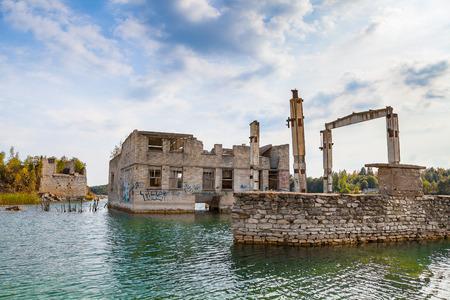 砂の池と Rummu、エストニアの放棄された刑務所の採石場