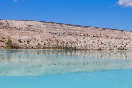 contaminacion del agua: Color asombroso del lago artificial y las dunas de ceniza del área de desecho de la planta de energía Foto de archivo