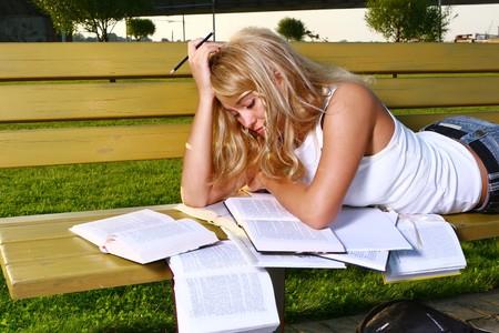 hispanic student: libro de lectura de joven estudiante atractivo Foto de archivo