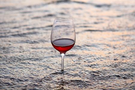 wijn glas in de zee bij nacht