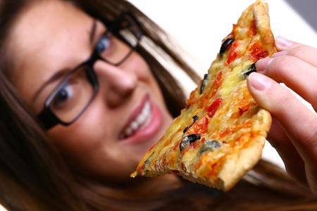 niña comiendo: joven y bella mujer comer pizza