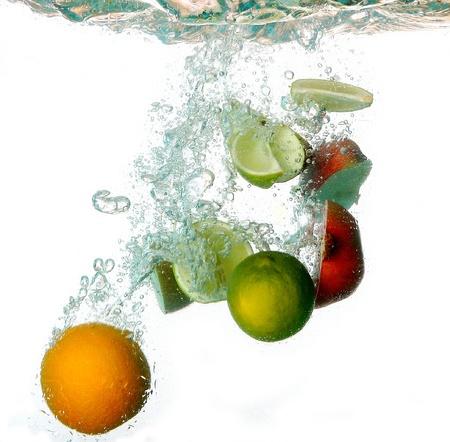 fr�chte in wasser: Spritzwasser mit Reichhaltigkeit Fr�chte Lizenzfreie Bilder